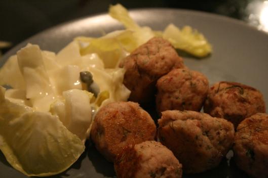 Polpette di pesce e insalata alla senape